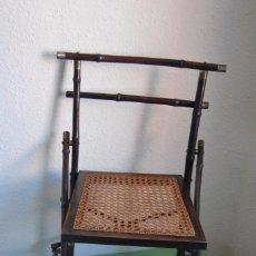 Antigüedades: SILLA PLEGABLE DE CAMPAÑA - BAMBÚ Y LATÓN - ASIENTO DE REJILLA -MARCADA V.P. - MILITAR FINALES S.XIX. Lote 91650050