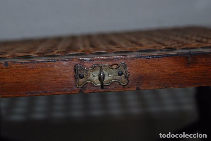 Antigüedades: SILLA PLEGABLE DE CAMPAÑA - BAMBÚ Y LATÓN - ASIENTO DE REJILLA -MARCADA V.P. - MILITAR FINALES S.XIX - Foto 8 - 91650050