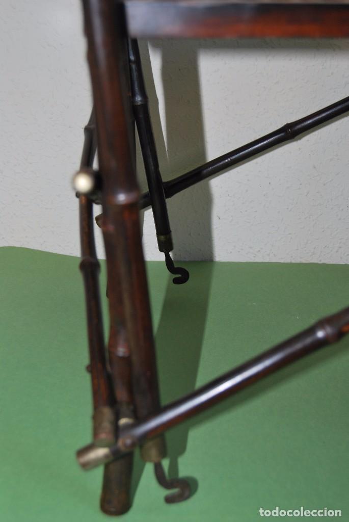 Antigüedades: SILLA PLEGABLE DE CAMPAÑA - BAMBÚ Y LATÓN - ASIENTO DE REJILLA -MARCADA V.P. - MILITAR FINALES S.XIX - Foto 17 - 91650050