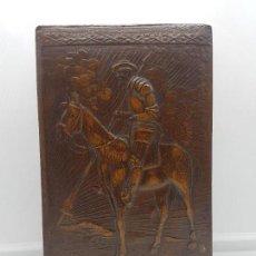 Antigüedades: ELEGANTE CAJA TABAQUERA DE PIEL REPUJADA CON ESCENA DE DON QUIJOTE DE LA MANCHA.. Lote 91650545