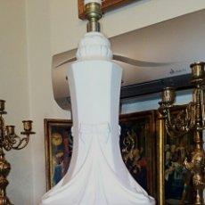 Antigüedades: LAMPARA CERÁMICAS HISPANIA MANISES. ESMALTADA EN BLANCO. RELIEVES DE GUIRNALDAS Y LAZOS. VINTAGE.. Lote 91807655