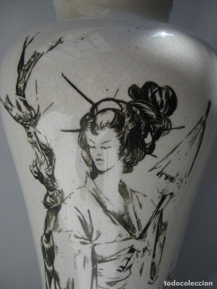 Antigüedades: ELEGANTE LAMPARA ANTIGUA EN CERAMICA Y MADERA CON ESCENA DE CHINA O JAPONESA PINTADA A MANO - Foto 3 - 91860210