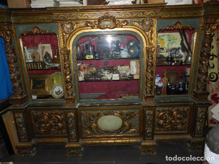 Antigüedades: (M) ANTIGUO MUEBLE VITRINA POLICROMADO REALIZADO EN LOS AÑOS 50 CON ANTIGUAS PIEZAS DE ALTAR S.XVIII - Foto 2 - 91946845