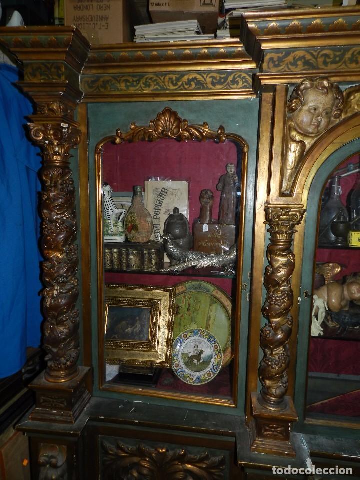Antigüedades: (M) ANTIGUO MUEBLE VITRINA POLICROMADO REALIZADO EN LOS AÑOS 50 CON ANTIGUAS PIEZAS DE ALTAR S.XVIII - Foto 5 - 91946845