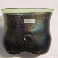 Antigüedades: ANTIGUO JARRON DE CRISTAL - KOSTA BODA - FIRMADO EN LA BASE Y ETIQUETA - CRISTAL TORNASOLADO- CUERPO. Lote 91954305