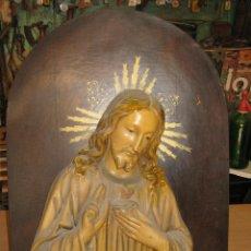 Antigüedades: CUADRO TABLA PARA COLGAR EN MADERA Y ESCAYOLA CON EL SAGRADO CORAZON DE JESUS. Lote 91961925