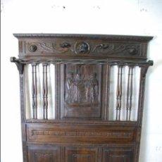 Antigüedades: ELEGANTE MUEBLE RECIBIDOR COMPLETAMENTE TALLADO - CABALLERO JURANDO LEALTAD AL REY - SOMBRERERO,ETC. Lote 91970930