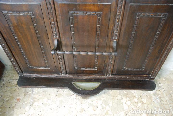 Antigüedades: ELEGANTE MUEBLE RECIBIDOR COMPLETAMENTE TALLADO - CABALLERO JURANDO LEALTAD AL REY - SOMBRERERO,ETC - Foto 6 - 91970930