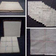 Antigüedades: LOTE. CAJA CON 11 PAÑUELOS DE HILO. LINEAS DE COLORES Y LETRAS J D BORDADAS. PRIMER TERCIO 1900. Lote 92036845