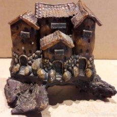 Antigüedades: CASAS COLGANTES EN RESINA SOBRE UN TRONCO. 18 X 15 CM /. Lote 92096655