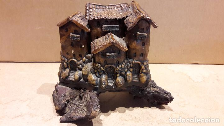 Antigüedades: CASAS COLGANTES EN RESINA SOBRE UN TRONCO. 18 X 15 CM / - Foto 2 - 92096655