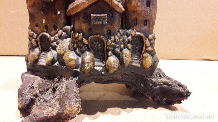 Antigüedades: CASAS COLGANTES EN RESINA SOBRE UN TRONCO. 18 X 15 CM / - Foto 4 - 92096655