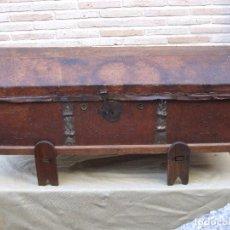 Antigüedades: ARCON O BAUL ANTIGUO ESPAÑOL FORRADO DE CUERO.SIGLO XVIII.. Lote 92153195