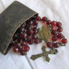 Antigüedades: ANTIGUO ROSARIO DE CUENTAS DE VIDRIO ROJO, CON FUNDA DE CUERO. Lote 92182680