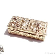 Antigüedades: PRECIOSA CAJITA CON MOTIVOS VINICOLAS FLORALES EN METAL CHAPADO EN ORO 5,5X2,5X1,5 CM. Lote 92194445