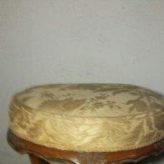 Antigüedades: TABURETE TRES PATAS ANTIGUO TALLADO A MANO TAPIZADO ORIGINAL. Lote 92250318