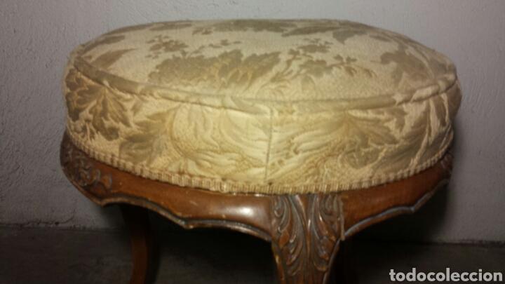 Antigüedades: Taburete tres patas antiguo tallado a mano tapizado original - Foto 2 - 92250318