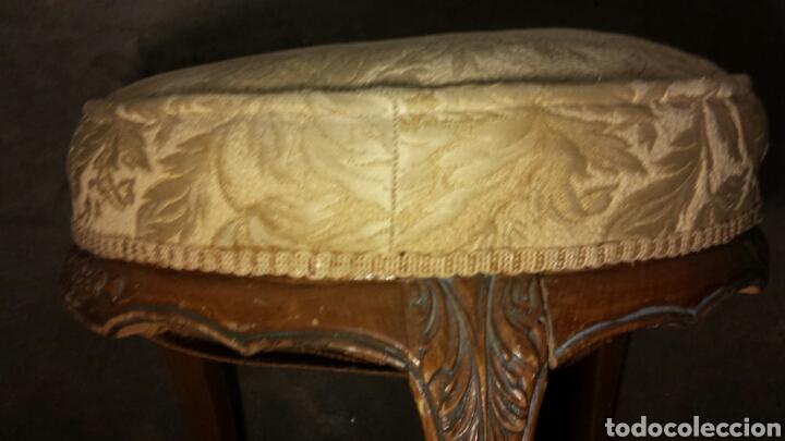 Antigüedades: Taburete tres patas antiguo tallado a mano tapizado original - Foto 4 - 92250318