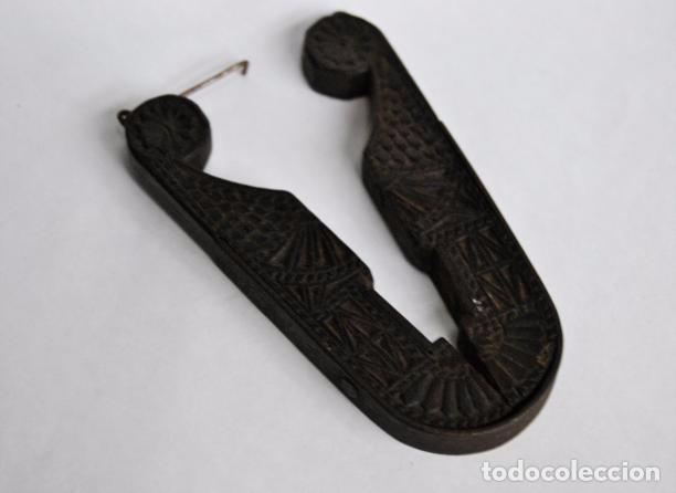 Antigüedades: ARTE PASTORIL- ANTIGUO CASCA PIÑONES TALLADO A NAVAJA. SIGLO XIX - Foto 16 - 92422885
