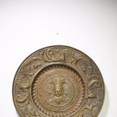 Antigüedades: PLATO ANTIGUO SIGLO XIX DE LATÓN REPUJADO. Lote 92445050