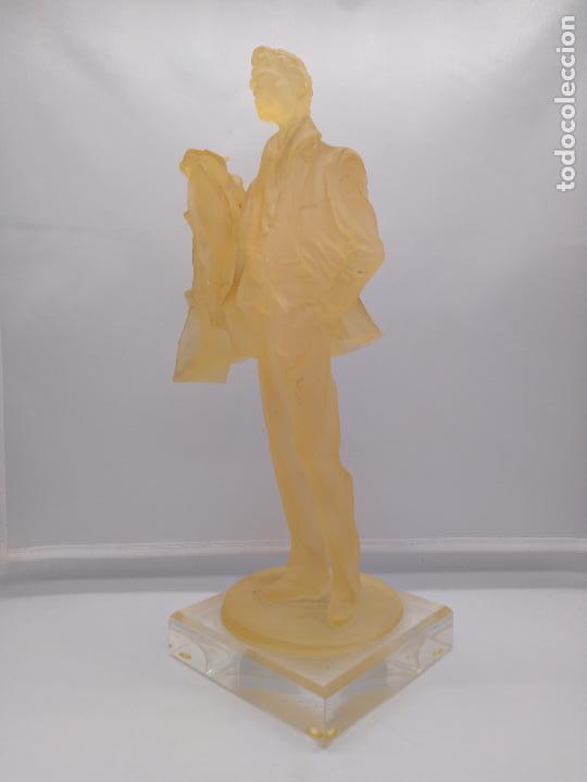 Antigüedades: Escultura antigua de resina traslucida de hombre epoca art decosobre peana de metraquilato. - Foto 2 - 92472630