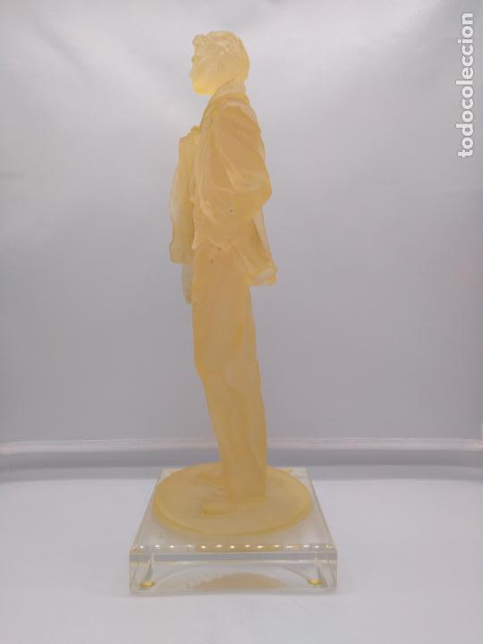 Antigüedades: Escultura antigua de resina traslucida de hombre epoca art decosobre peana de metraquilato. - Foto 3 - 92472630