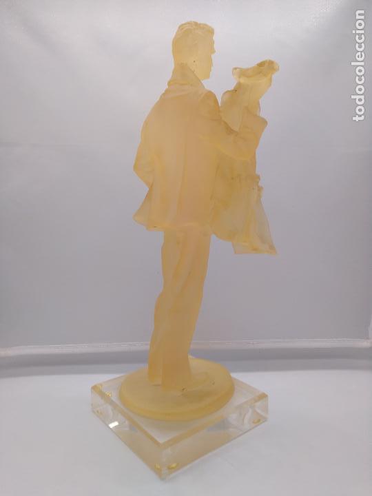 Antigüedades: Escultura antigua de resina traslucida de hombre epoca art decosobre peana de metraquilato. - Foto 6 - 92472630