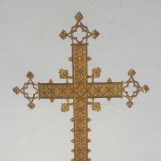 Antigüedades: ANTIGUA CRUZ DE ALTAR. METAL DORADO. NEOGÓTICA. ESPAÑA. SIGLO XIX.. Lote 92810200