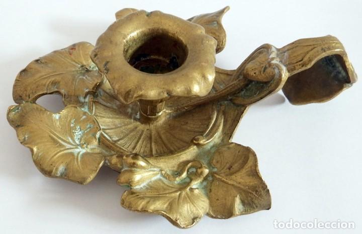 ANTIGUO CANDELABRO EN BRONCE O LATON (Antigüedades - Iluminación - Candelabros Antiguos)