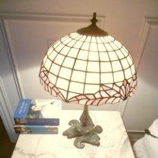 Antigüedades: LAMPARA MESA PIE BRONCE LABRADO Y TULIPA TIFANNY. Lote 92845375