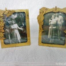 Antigüedades: PEQUEÑOS PORTAFOTOS DE LATON ORNAMENTADOS. Lote 92870965