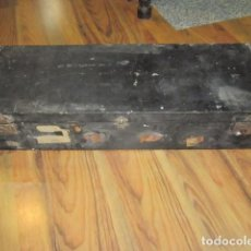 Antigüedades: ANTIGUA MALETA O BAÚL DE VIAJE. 101 X 38 X 18 CMS. ALTURA.. Lote 92892275