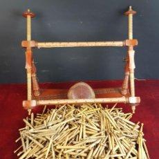 Antigüedades: CONJUNTO DE BASTIDOR PARA BOLILLOS. ALMOHADILLA Y 572 BOLILLOS. SIGLO XX. . Lote 92908670