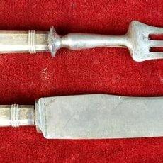 Antigüedades: PAREJA DE CUBIERTOS PARA TRINCHAR CARNE. ROVIRA. REUS. ACERO Y MANGO DE PLATA. 1950.. Lote 92982940