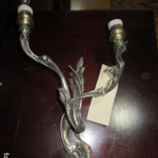 Antigüedades: APLIQUE EN METAL DORADO, CON DOS PUNTOS DE LUZ. 33 CMS. ALTURA X 16 CMS. ANCHO.. Lote 92995170
