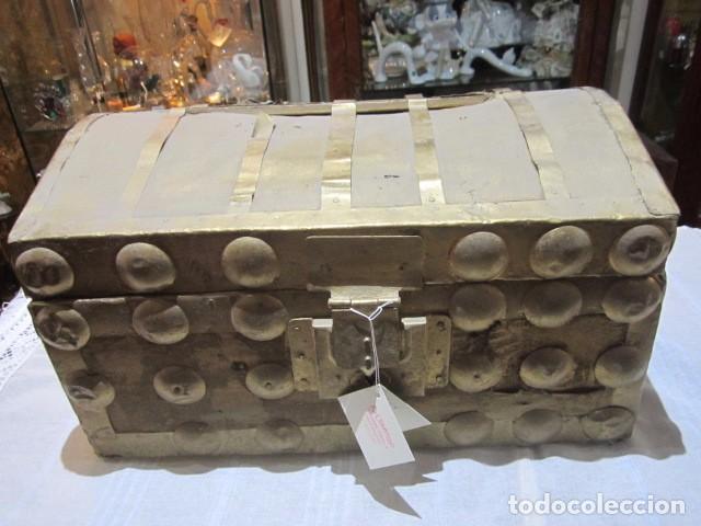 PEQUEÑO BAÚL O COFRE ANTIGUO, EN MADERA, CON HERRAJES. PINTADO EN DORADO. 43 X 27 X 24 CMS. ALTURA. (Antigüedades - Muebles Antiguos - Baúles Antiguos)