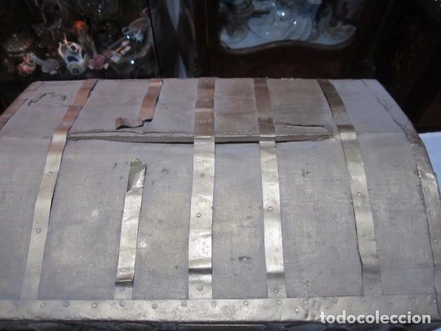 Antigüedades: Pequeño baúl o cofre antiguo, en madera, con herrajes. Pintado en dorado. 43 x 27 x 24 cms. altura. - Foto 2 - 92998655