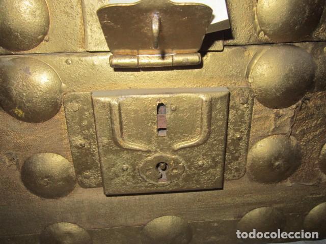 Antigüedades: Pequeño baúl o cofre antiguo, en madera, con herrajes. Pintado en dorado. 43 x 27 x 24 cms. altura. - Foto 3 - 92998655