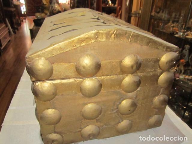 Antigüedades: Pequeño baúl o cofre antiguo, en madera, con herrajes. Pintado en dorado. 43 x 27 x 24 cms. altura. - Foto 4 - 92998655