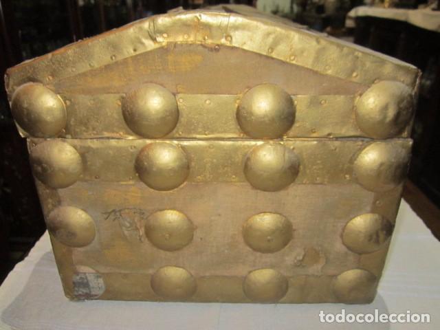 Antigüedades: Pequeño baúl o cofre antiguo, en madera, con herrajes. Pintado en dorado. 43 x 27 x 24 cms. altura. - Foto 5 - 92998655