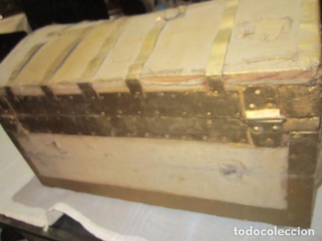 Antigüedades: Pequeño baúl o cofre antiguo, en madera, con herrajes. Pintado en dorado. 43 x 27 x 24 cms. altura. - Foto 6 - 92998655