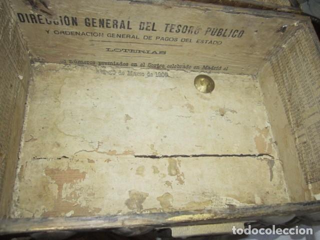 Antigüedades: Pequeño baúl o cofre antiguo, en madera, con herrajes. Pintado en dorado. 43 x 27 x 24 cms. altura. - Foto 7 - 92998655