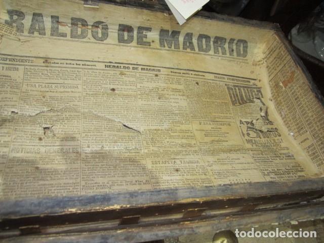 Antigüedades: Pequeño baúl o cofre antiguo, en madera, con herrajes. Pintado en dorado. 43 x 27 x 24 cms. altura. - Foto 8 - 92998655