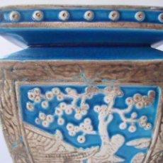 Antigüedades: JARRÓN EN PORCELANA CHINA AZUL TURQUESA, S. XIX, FLOR DE ALMENDRO. Lote 93011000