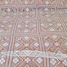 Antigüedades: ANTIGUA COLCHA DE ENCAJE DE RED, HECHA A MANO, COLOR BEIGE CLARO. SIN USO. CAMA DE 1,50. Lote 93015805