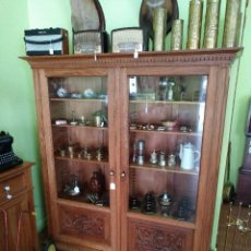 Antigüedades: VITRINA EN CASTAÑO MACIZO TALLADA DE 2 PUERTAS DE 153 CMS.. Lote 93037940