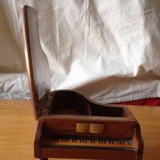 Antigüedades: JOYERO PIANO DE COLA EN MADERA. Lote 93052435