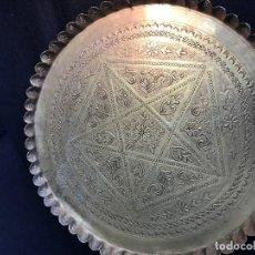 Antigüedades: VE15 - BANDEJA ANTIGUA MARROQUI DE LATON LABRADA DE 35 X 35 CTMS PESA 910 GRAMOS. Lote 93107995