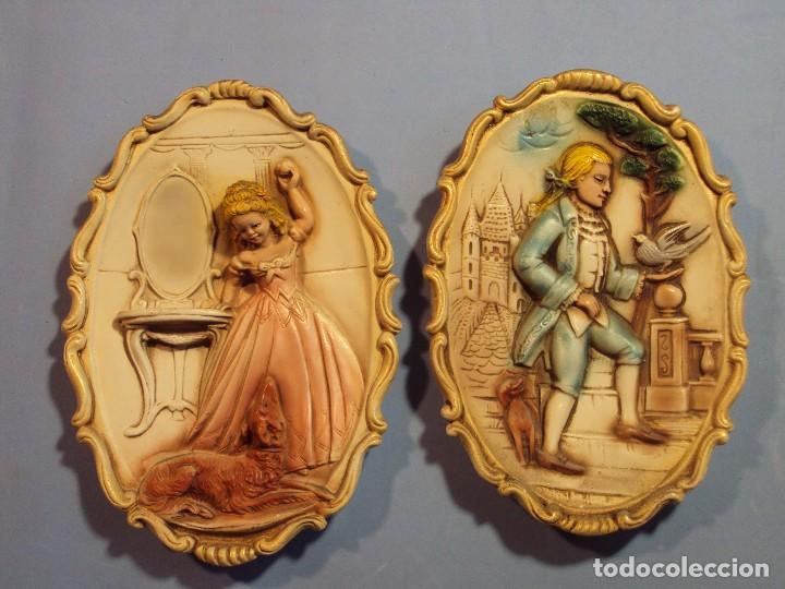 PAREJA DE FIGURAS EN RELIEVE, SOBRE CERÁMICA PARA COLGAR, DE 21X16X3 (Antigüedades - Hogar y Decoración - Figuras Antiguas)