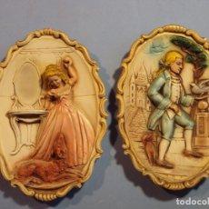 Antigüedades: PAREJA DE FIGURAS EN RELIEVE, SOBRE CERÁMICA PARA COLGAR, DE 21X16X3. Lote 93193980